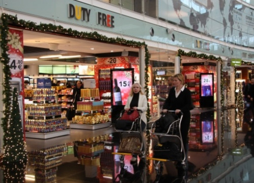 A duty free shop at Barcelona El Prat Airport's Terminal 1 (by E. Romagosa)