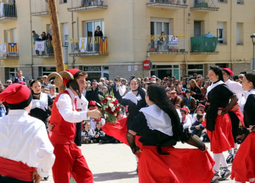 People dancing during a Easter celebration (by Jordi Altesa)