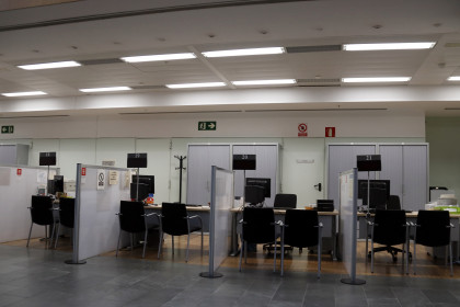 Empty desks at Badalona's City Hall (by ACN)