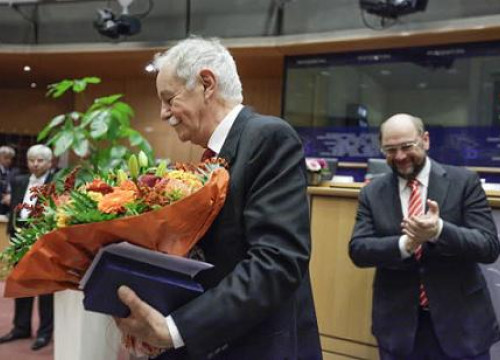 Eduardo Mendoza (left) received the prize from Martin Schulz (right) (by European Union 2013 - EP)