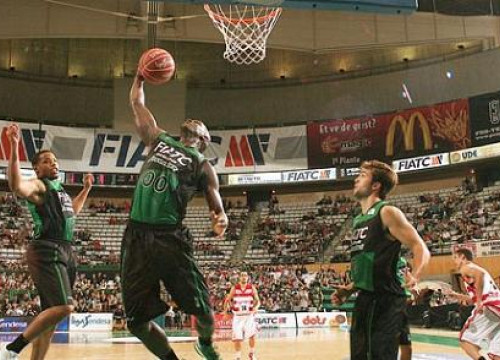 Moses Ehambe just before scoring (by basquetmanresa.com)