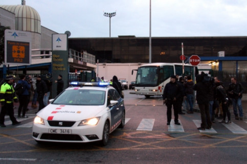 Relatives of the Germanwings flight's victims, abandoning El Prat Airport inside a bus (by P. Solà)