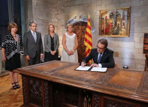 The Catalan President signing the decree calling the elections (by R. Moreno / ACN)