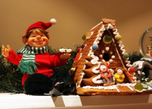 An elf and a ginger house at Esther and Dylan's house (by A. Matamoros)