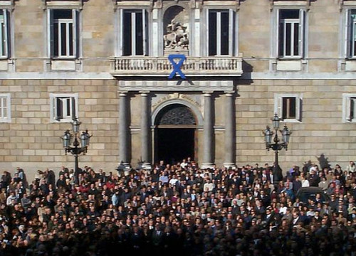 A demonstration in front of the Catalan Government's palace after Ernest Lluch's assassination, shot dead by ETA in 2000 (ACN)