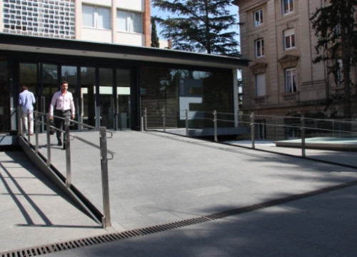 The main entrance of ESADE's business faculty (by J. Molina)