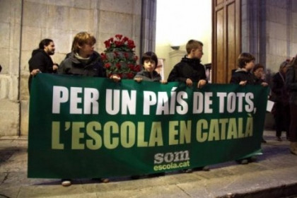 Children in Tarragona demonstrate with banner: 'For a country for all, school in Catalan' (by R. Segura)