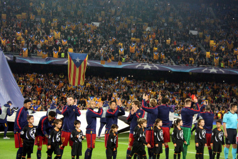 FC Barcelona players applauding the massive display of pro-independence flags at Camp Nou stadium, in November 2015 (by ACN)