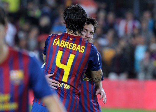 Cesc Fàbregas hugs Leo Messi after the pushed away penalty (by FC Barcelona)