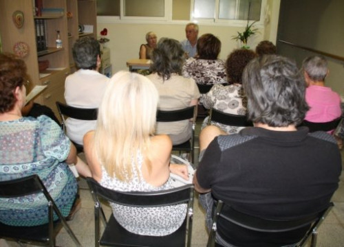 A meeting of the Family Association of Alzheimer's Patients last year (by T. Tàpia)