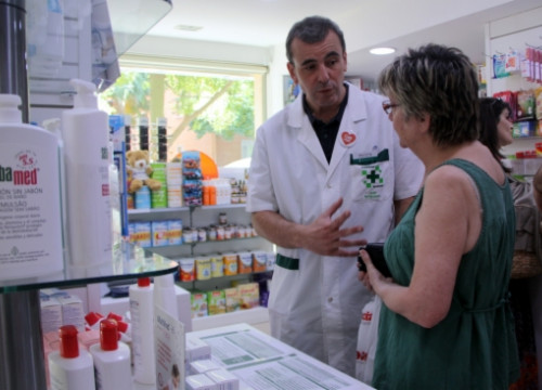 A chemist talking to a client (by J. Molina)