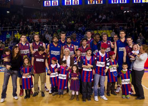 Barça Regal players with children with rare diseases (by FC Barcelona)