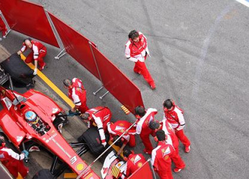 Ferrari covers its car to impede Red Bull spies (by C. Marchesi)