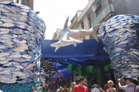 A street decorated as an underwater world (by P. Mateos)