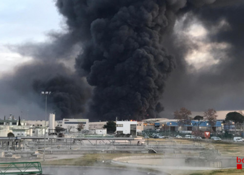 Image of the black smoke resulting from a fire in a Montornès del Vallès industrial area, on December 11, 2019 (by Catalan firefighters)