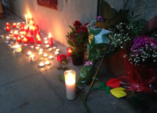 Flowers and candles paying tribute to Juan Andrés Benítez on the spot where he died (by ACN)