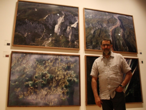 Joan Fontcuberta in front of some of his pictures shown in London (by L. Pous)