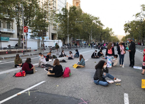Fridays for Future sit-down protest on Passeig de Gràcia, Barcelona, September 25, 2020 (by Cristina Tomàs White)