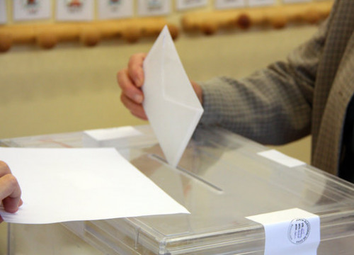 A person places his vote in a ballot box in Catalonia (by ACN)