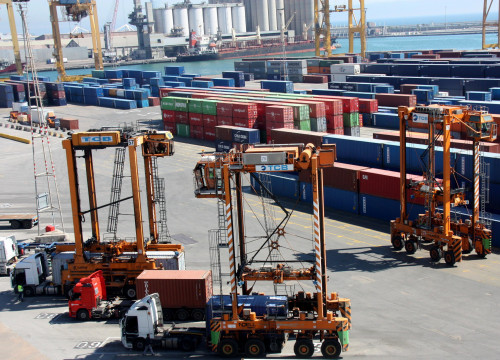Cranes working at Barcelona's Port (by ACN)