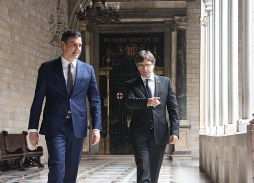 Carles Puigdemont and Pedro Sánchez walk to the office of the former Catalan president for a meeting in 2016 (by Mateos P.)