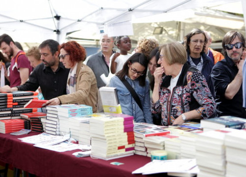 People trying to find a book during St Jordi in Barcelona (by ACN)