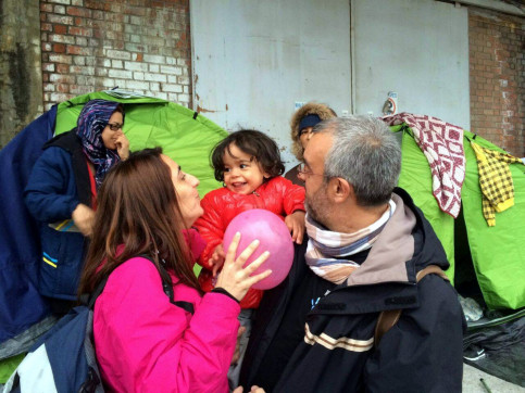 A woman and a man with a little girl in a refugee camp (by ACN)