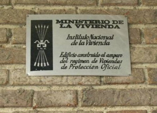 A street sign in Lleida dedicated to the Francoist housing ministry (by ACN)