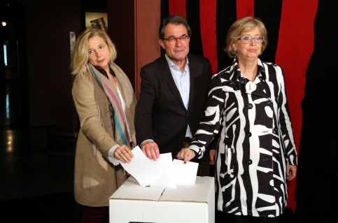 "Artur Mas, Joana Ortega and Irene Rigau ""voting"" on 9N at the History Museum (by ACN)"