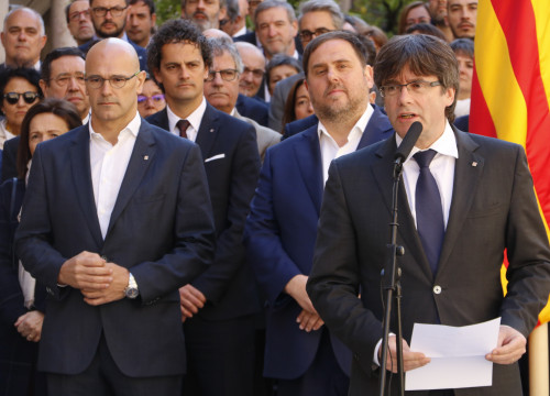 Catalan President, Carles Puigdemont, joined by Catalan VP, Oriol Junqueras, Catalan Minsiter for Foreign Affairs, Raül Romeva and representatives of the National Pact for the Referendum (by ACN)