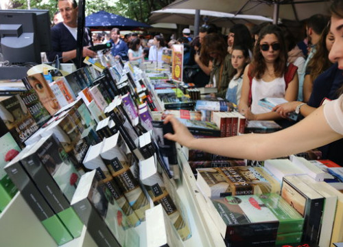 Booksellers and customers on Sant Jordi April 23 2017 (by Lourdes Casademont)