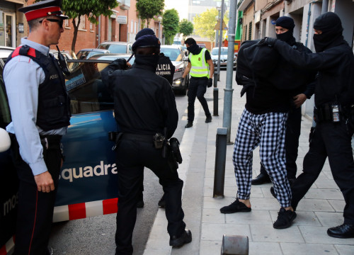 Mossos d'Esquadra arresting a man over this Tuesday's anti-jihadist operation (by ACN)