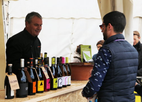 Image of a stall in the Falset wine fair on April 29, 2018 (by Sílvia Jardí)