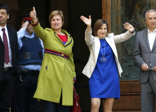 Catalan Parliament President, Carme Forcadell, and the First Secretary of the Bureau, Anna Simó, at the entrance of the High Court (by Rafa Garrido)