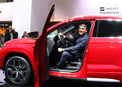 Luca de Meo, president of SEAT, sitting in the company's 'Ateca' model (by ACN)