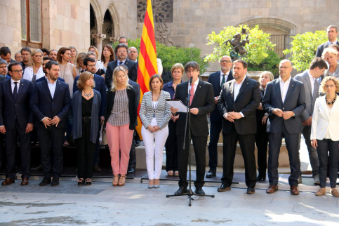 The Catalan President, Carles Puigdemont, flanked by his government and MPs from Junts pel SÍ and CUP (by ACN)
