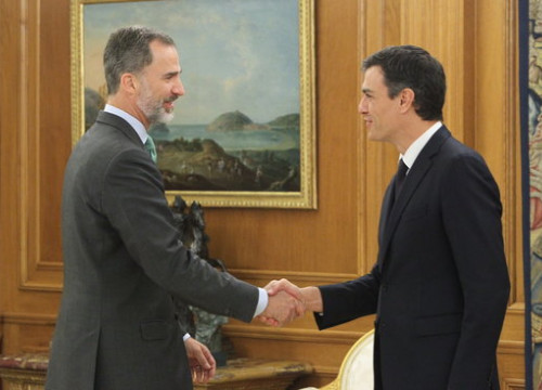 Spain's king Felipe VI (left) and president Pedro Sánchez (by Casa Real)
