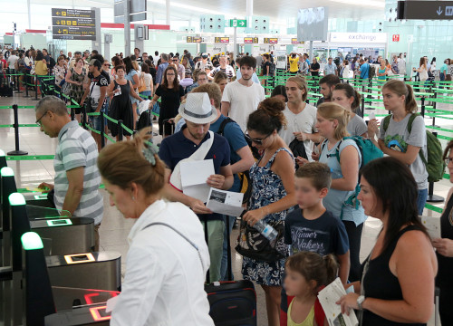 Long security lines in Barcelona airport on Monday morning