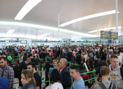 Long lines in Barcelona Airport (by ACN)