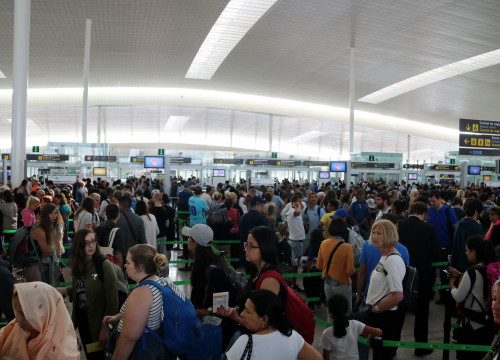 Passengers waiting in line to get past the security control at Barcelona Airport (by ACN)