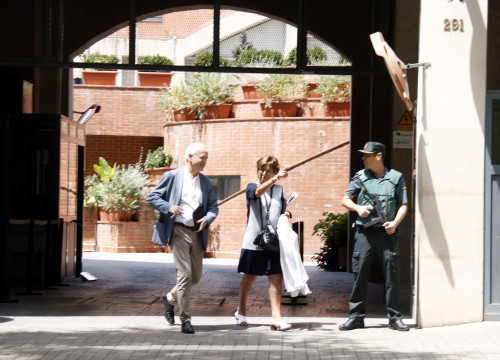 Managing Director of the Citizen Information Office coming out of the Guardia Civil office (by ACN)