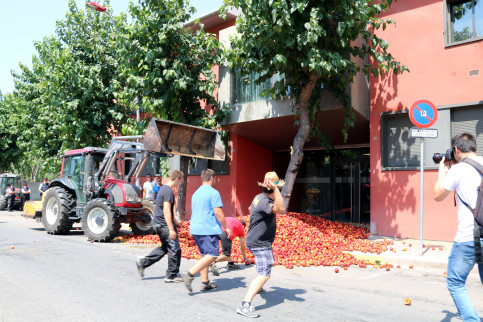 Protests with nectarines and farmers throwing eggs to a government office