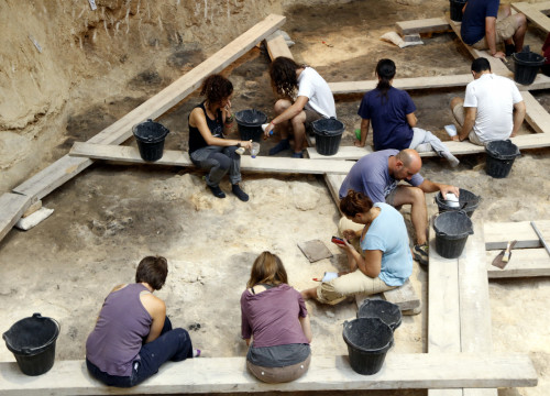 Archaeologists working at the Abric Romaní site (by ACN)