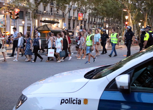 Police officers escort citizens away from the center of Barcelona after the attacks on August 17 (by Núria Julià)