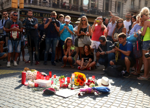 People leave candles and flowers to mourn the victims of the terrorist attack (by ACN)