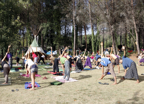 Attendees doing yoga at the BioRitme festival (by ACN)