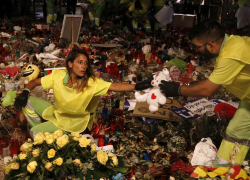 The memorials in La Rambla were cleared by Barcelona's cleaning services on Monday night (by ACN)