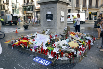 Flowers left on La Rambla in memorial of victims of terrorist attack (by ACN)