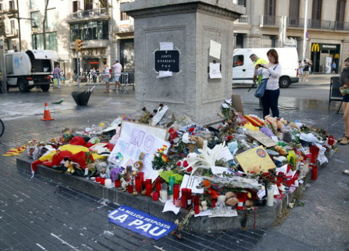 A memorial in La Rambla for the victims of the terror attacks (by Pol Solà)