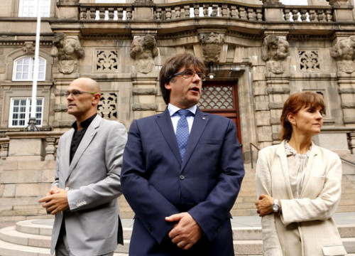 Catalan president Carles Puigdemont with Minister of Foreign Affairs Raül Romeva and the new delegate in Copenhagen, Francesca Guardiola (by Rafa Garrido)